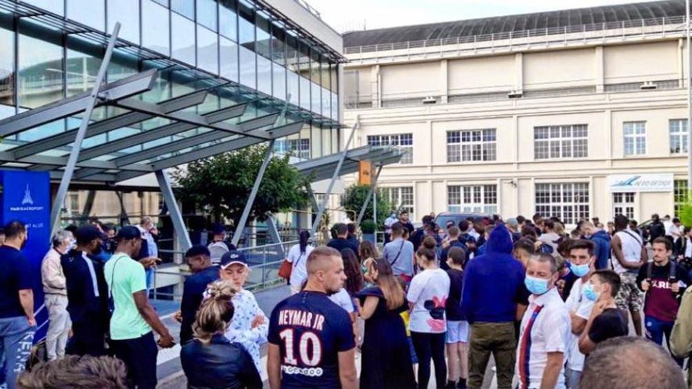 Cientos de fanáticos del PSG esperan a Messi en el aeropuerto y el estadio