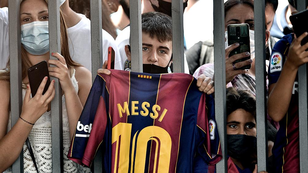 Messi sigue en su casa de Barcelona mientras fanáticos lo esperan en París