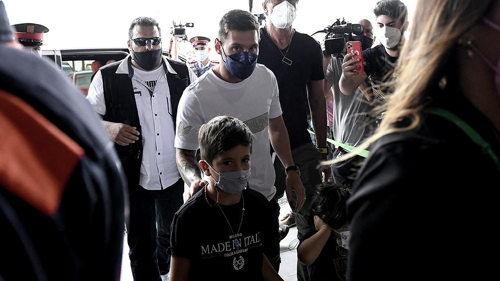 Messi acompañado por su familia viajó hacia París para firmar con el PSG
