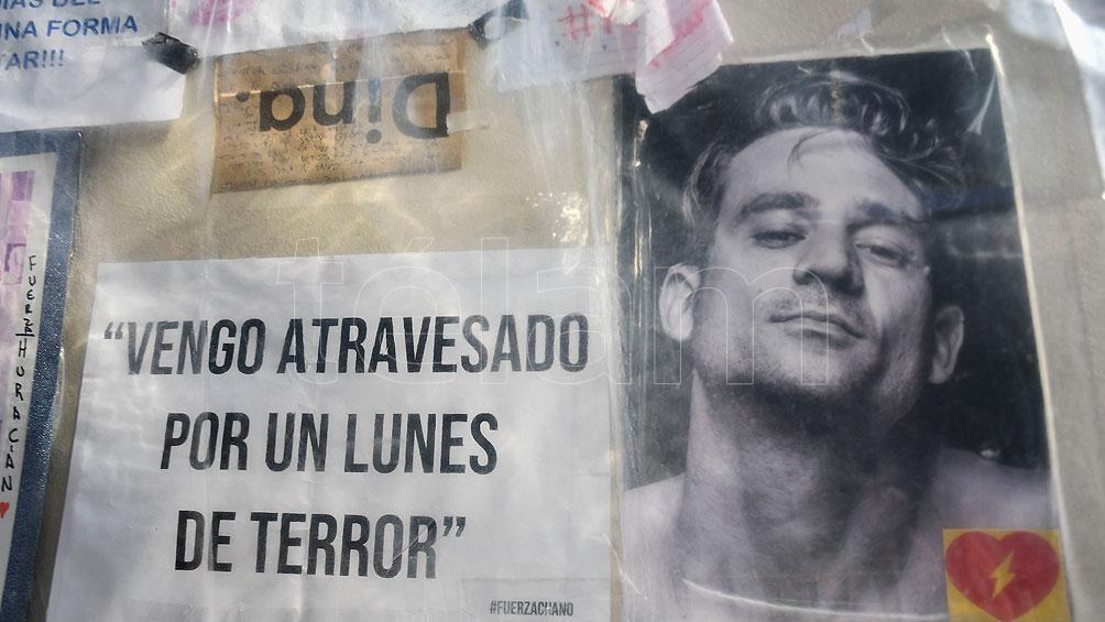 """Los fans colocaron carteles con mensajes de mejoría para """"Chano"""". Foto: Eliana Obregón"""