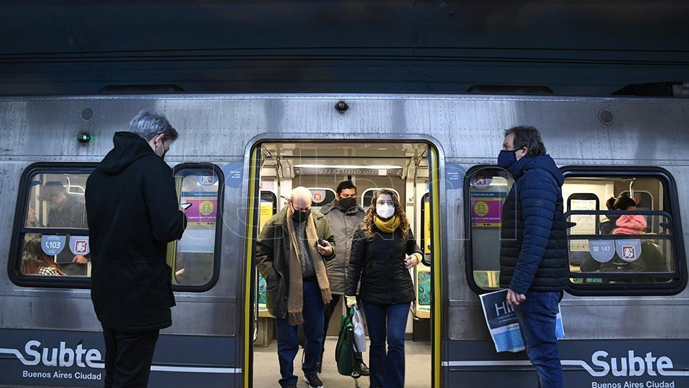 En la última semana los colectivos registraron una baja del 73%, el subte 33% y los trenes poco más de la mitad, un 53%.