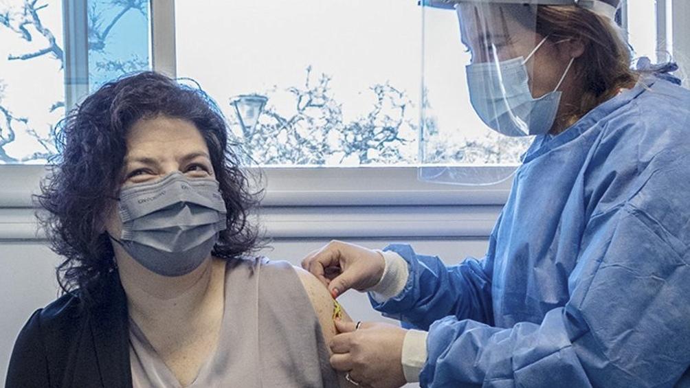 Durante su visita al Hospital Garrahan, Vizzotti acompaño a los primeros pacientes que integran el grupo de adolescentes priorizados en recibir la vacuna