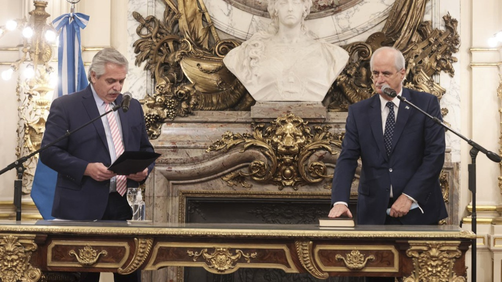 El excanciller Taiana jura el cargo de ministro de Defensa. Foto: Presidencia.