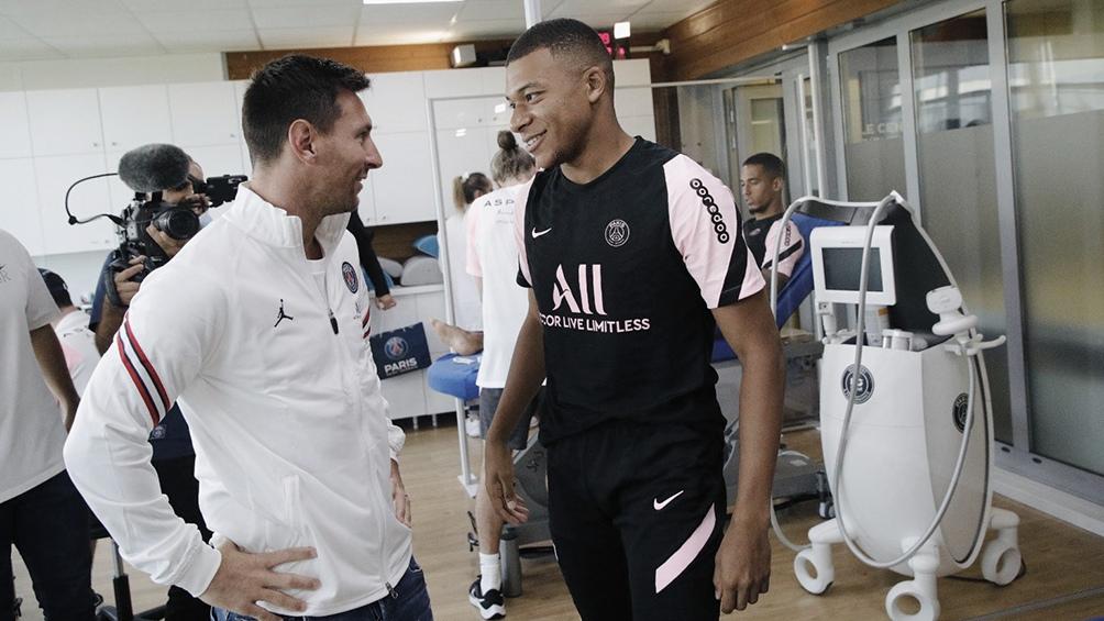 Dos potencias del fútbol mundial se saludan: uno que llega, otro que se va de París.