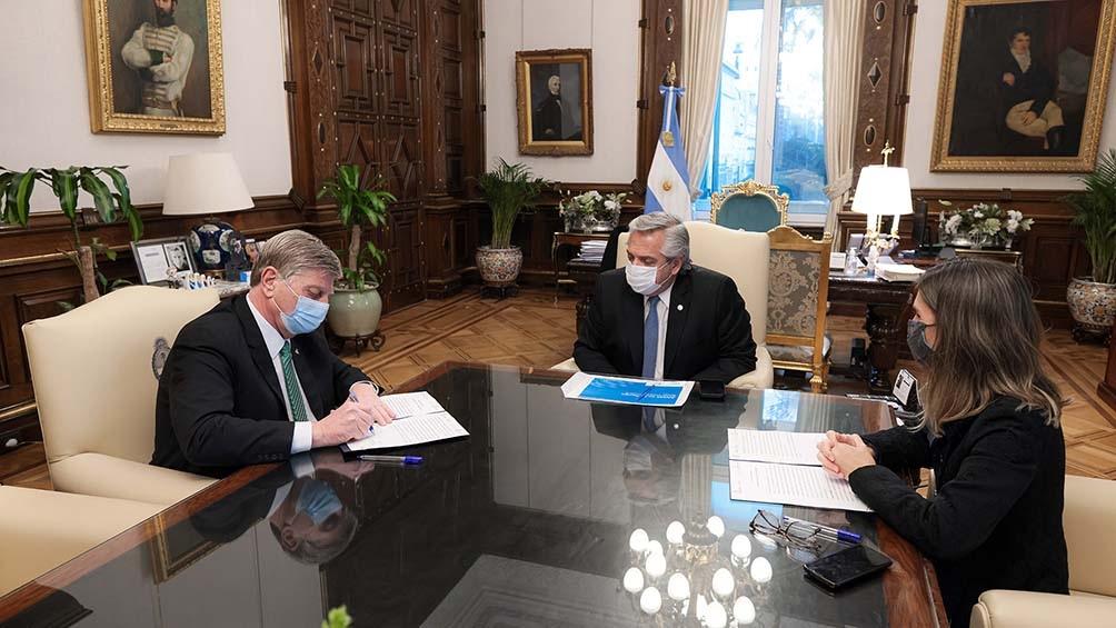 El presidente Alberto Fernández encabezó la firma del convenio bilateral de financiamiento entre el gobernador de la Pampa  para asistir el déficit del sistema previsional de esa provincia.