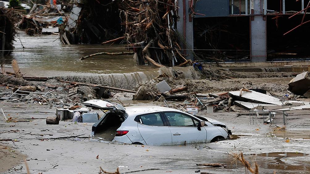 El nivel del agua subió a cuatro metros en algunos pueblos y las calles convirtieron en torrentes llenos de autos y escombros.(Foto AFP)
