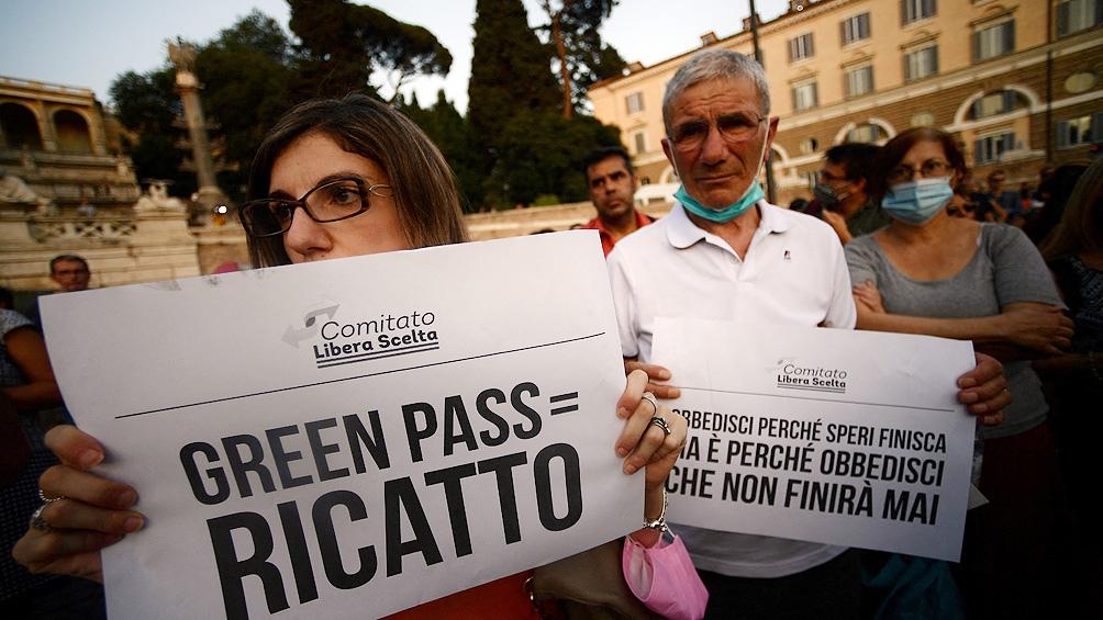 """O certificado está marcado como """"ilegal"""" Por grupos antivacinas e de extrema direita defendidos por governos e organizações.  (Foto da AFP)"""