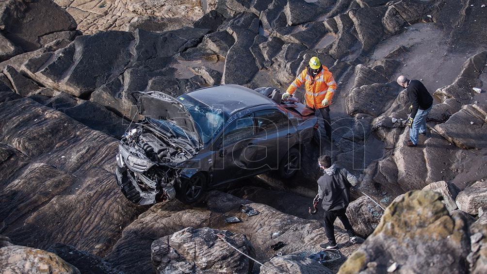 El joven no sufrió lesiones y logró salir por sus propios medios del vehículo, que quedó destruido sobre las piedras, a pocos metros del mar. Foto: Diego Izquierdo