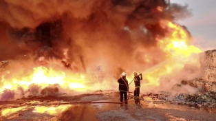 Tras once horas extinguieron el incendio de una planta de reciclado de papel
