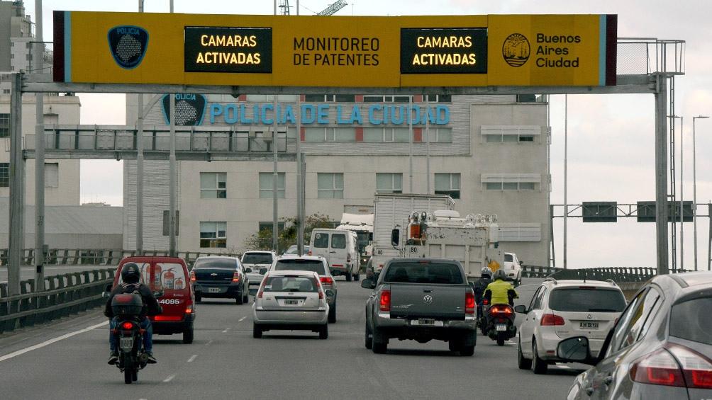 Luego de una persecución, el sospechoso ingresó a Provincia de Buenos Aires por calle 25 de Mayo y retornó a la avenida General Paz en contramano, momento en que perdió el control e impactó contra un poste de semáforo