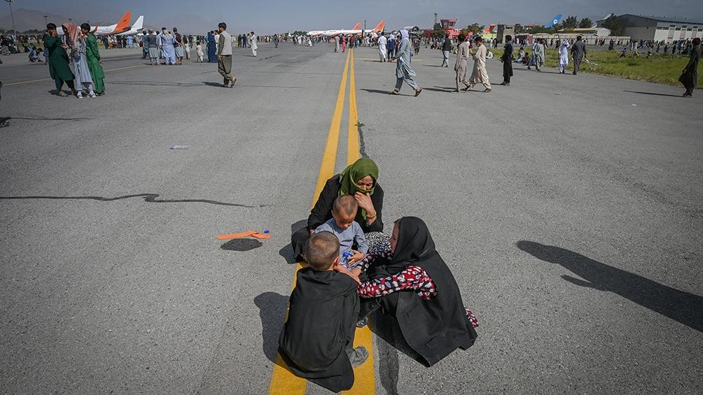 Los talibanes organizan la circulación en las calles. Foto: AFP.