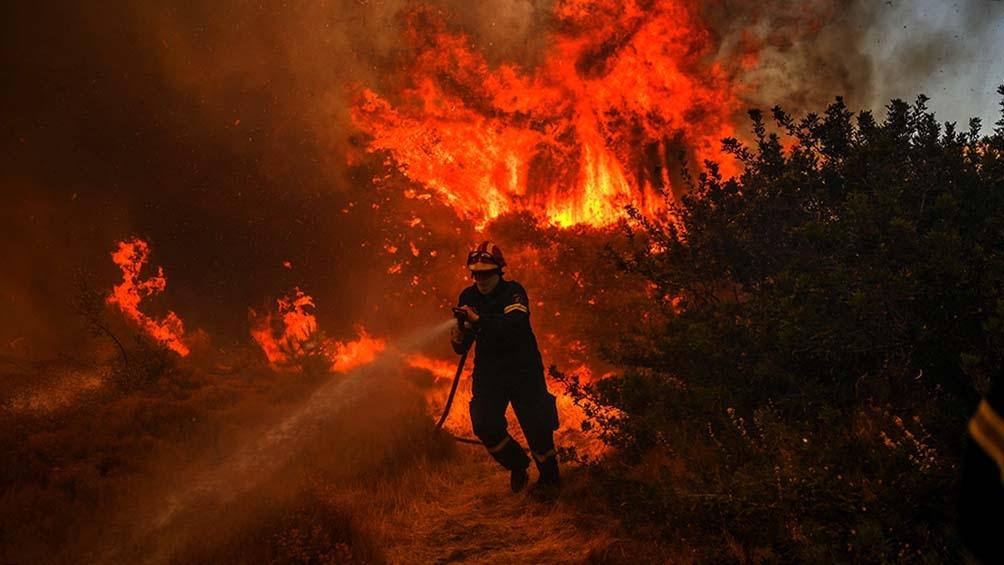 Un nuevo incendio desatado a 50 kilómetros al sureste de Atenas afecta a tres poblados. Foto: AFP