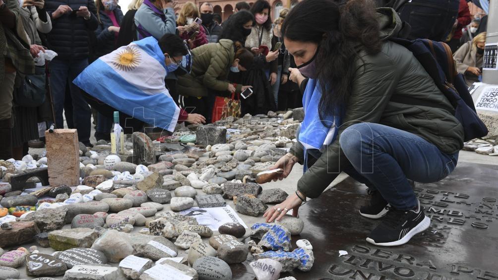 Los manifestantes dejaron piedras con los nombres de sus seres queridos fallecidos. Foto: Maxi Luna
