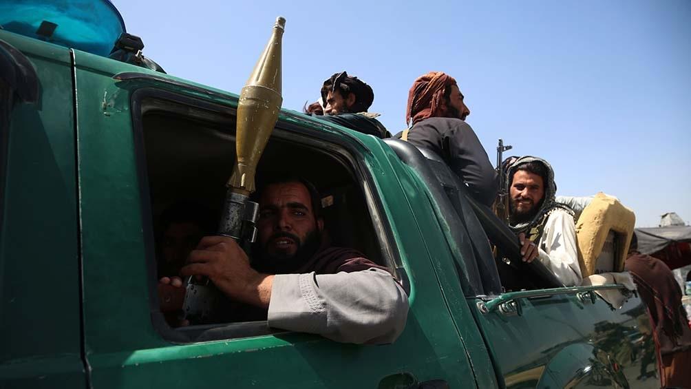 Fotos y videos muestran a los talibanes con armas de fuego y vehículos que usaron las tropas del Pentágono