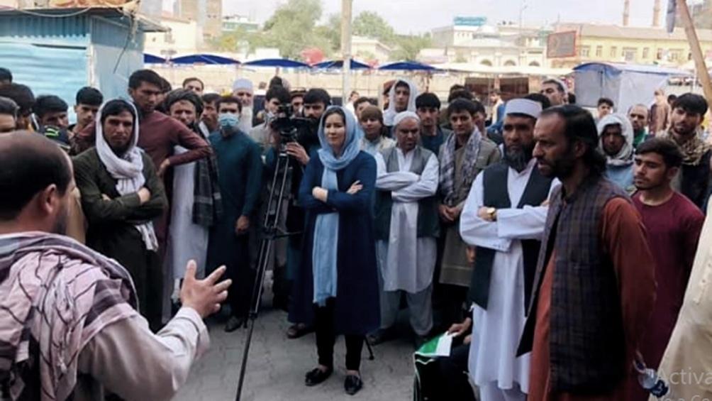 """""""Nuestras valientes periodistas en las calles de Kabul esta mañana"""", tuiteó Saad Mohseni, dueño de una cadena de televisión afgana."""
