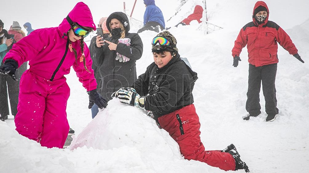 La gente disfrutando de la nieve en la temporada 2021 (Fotos: Eugenia Neme),