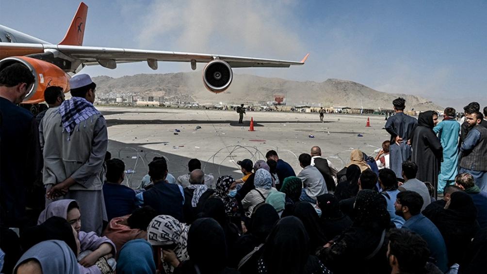 Evacuaron a más de un centenar de personas de Kabul en el primer vuelo en dos semanas