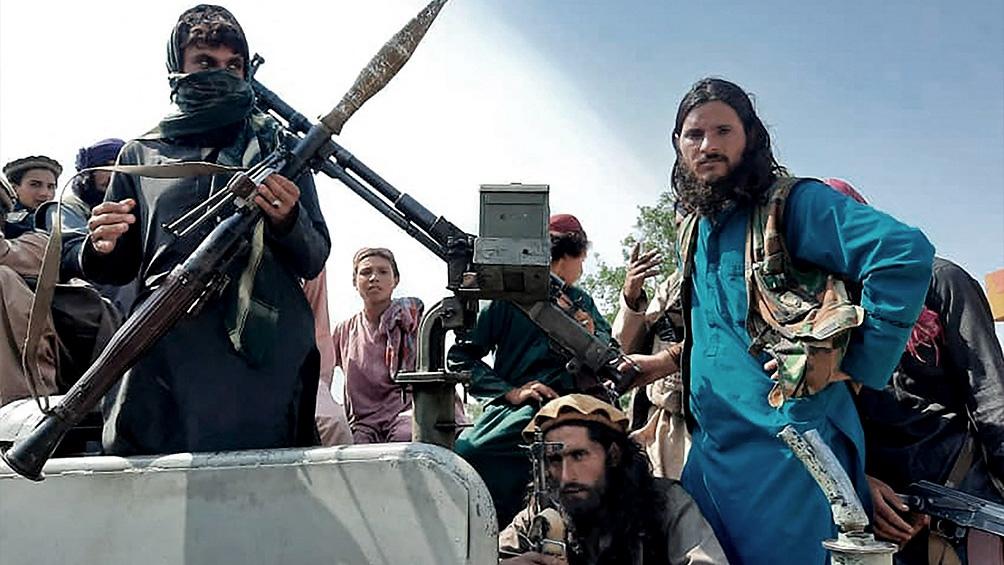 Desde que las tropas estadounidenses se retiraron, miles de refugiados cruzan a diario al vecino país para huir de un país que se encuentra ahora bajo control talibán casi en su totalidad.
