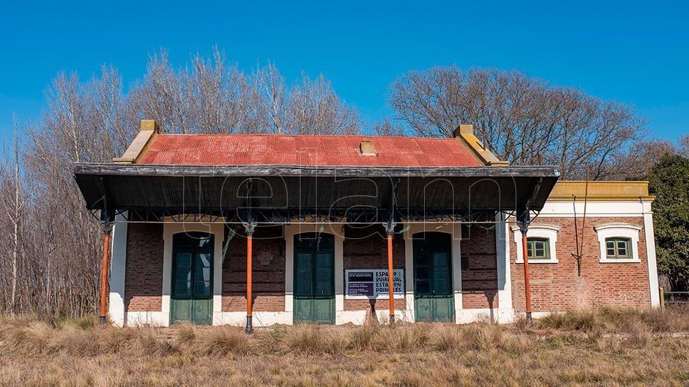 El cartel de las estación de trenes es un rectángulo oxidado con letras apenas legibles que hace ya demasiado tiempo fueron blancas: Quiñihual. Foto: Diego Izquierdo.