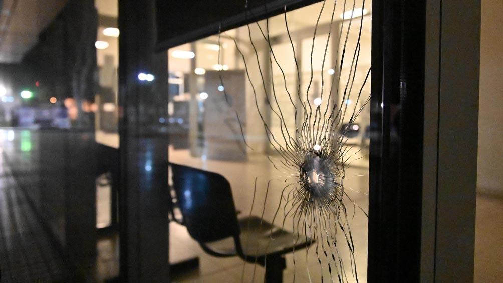 El edificio fue atacado a balazos por personas que todavía no han sido identificadas. Foto Sebastián Granata