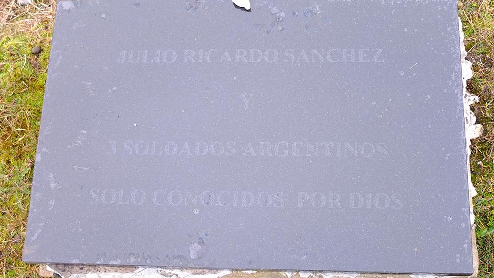 Se comprobó que los tres soldados, que según la placa estaban en esta tumba, se encontraban enterrados en otras tres sepulturas individuales.