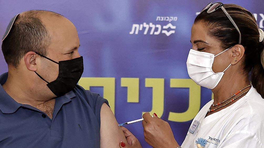 El primer ministro Naftali Bennett, de 49 años, recibió este viernes la tercera dosis. Foto: AFP