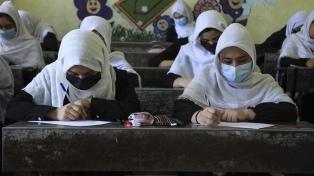 Alumnas y docentes mujeres no pudieron regresar a los secundarios afganos tras el veto talibán