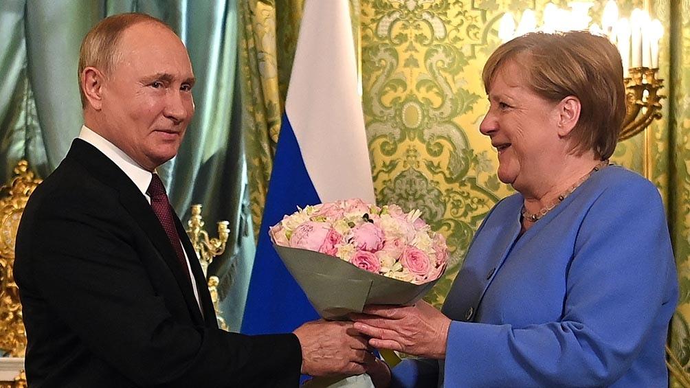 """""""Una vez más, le pedí al presidente ruso la liberación de Navalny"""", afirmó Merkel durante una rueda de prensa conjunta con Putin en Moscú. Foto: AFP."""