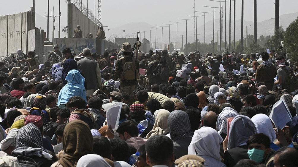 Las calles que van hacia el aeropuerto están controladas por los talibanes. Foto: AFP