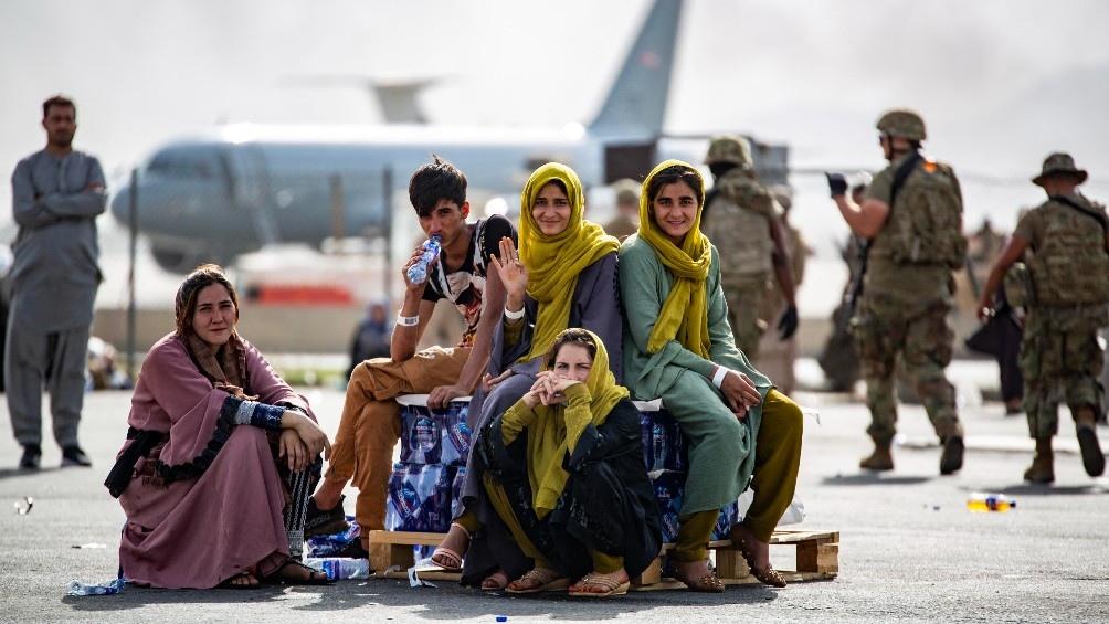 Decenas de miles de afganos seguían durante esta jornada intentado salir de su país. Foto: AFP