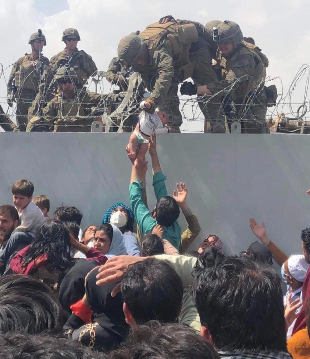 Miles de personas intentan salir de Afganistán. Foto: AFP.