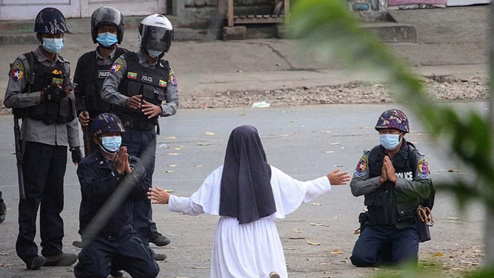 Tras el golpe contra Suu Kyi se desató una brutal represión contra las protestas en distintas ciudades en favor de la democracia en Myanmar. Foto: AFP.