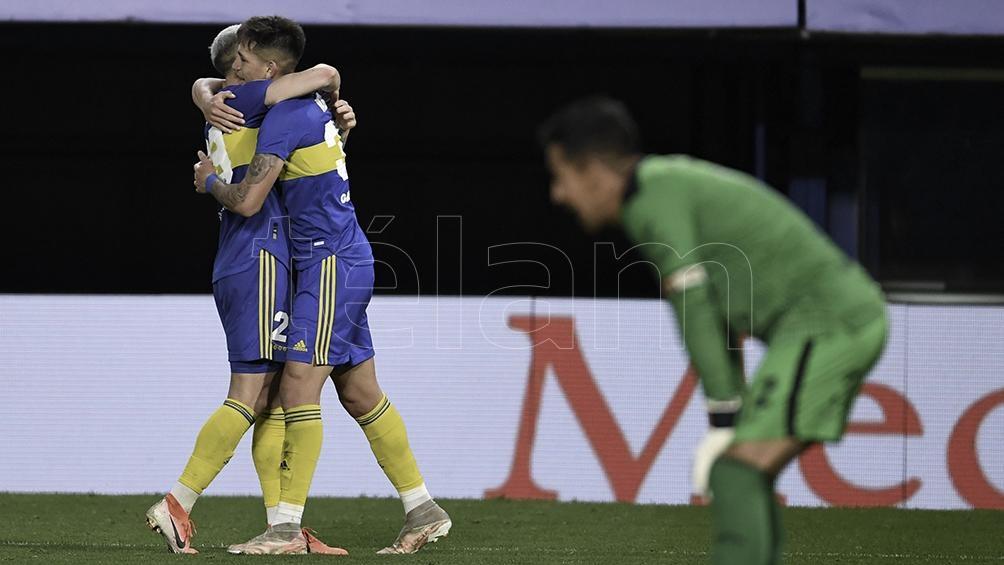 Boca festeja el gol de su primera victoria.