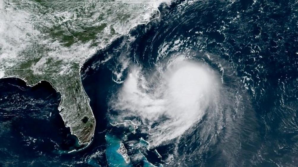 El huracán Henri, ahora calificado como tormenta tropical, estaría llegando este domingo Nueva Inglaterra o Long Island, en el noroeste de EEUU.