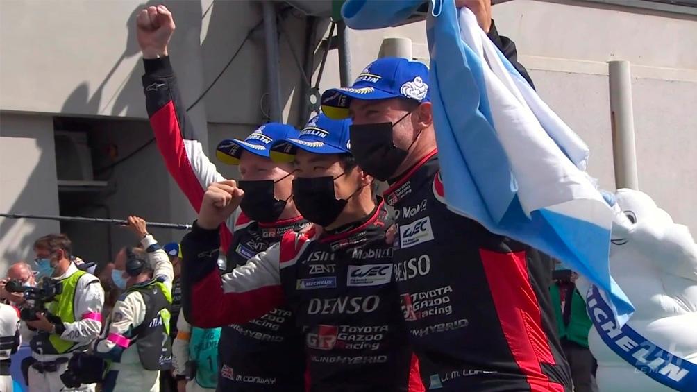 """""""Pechito"""", con la bandera argentina en el podio. (@24hsLemans)"""