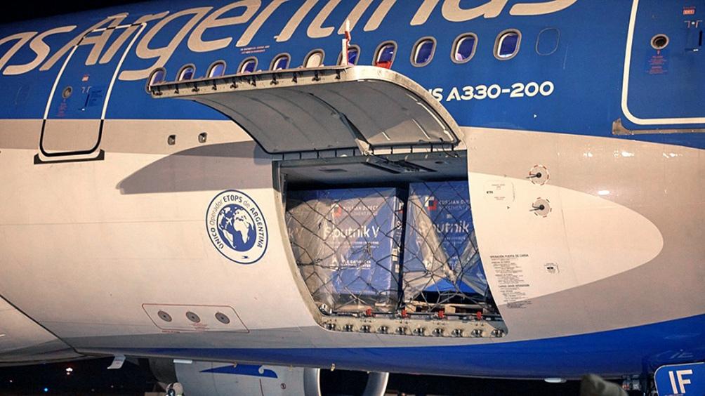 El vuelo de Aerolíneas Argentinas procedente de Moscú trajo en sus bodegas 650.000 dosis.