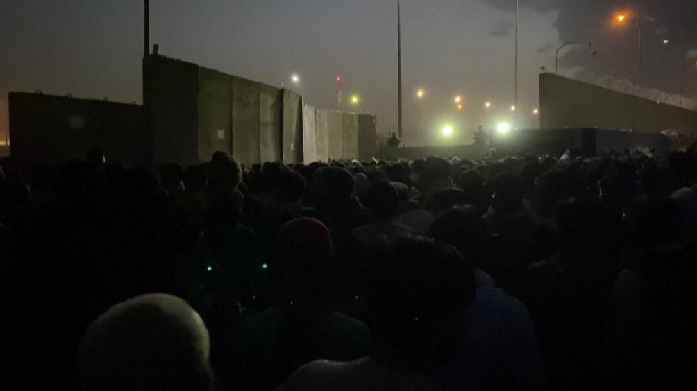 Decenas de miles de afganos se agolpan desde la semana pasada en cercanías del aeropuerto a la espera de poder salir del país por temor a sufrir represalias de los talibanes.