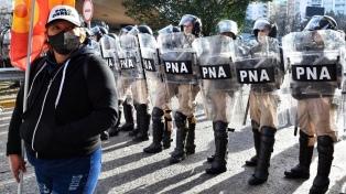 Trabajadores despedidos de una tercerizada de Edesur mantienen un protesta en el Puente Pueyrredón