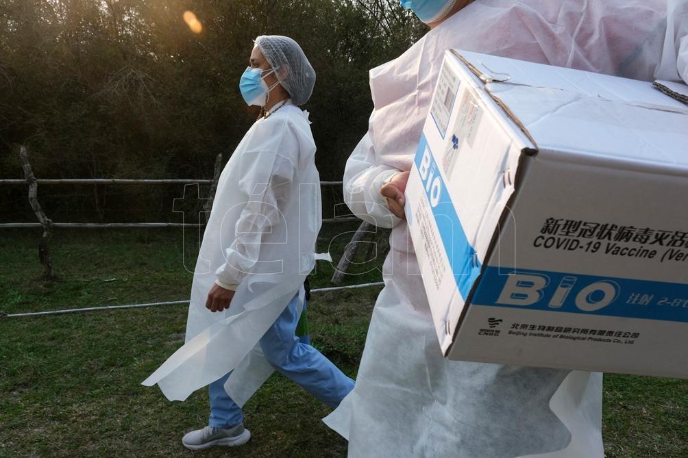 """""""Llegamos a gente que le resulta imposible acceder al pueblo"""", explicaron los vacunadores. Foto: Germán Pomar"""