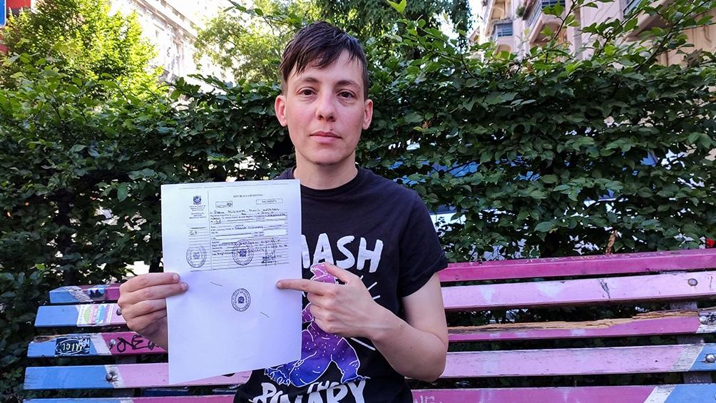 Entregan el primer DNI y pasaporte no binarios en un consulado argentino