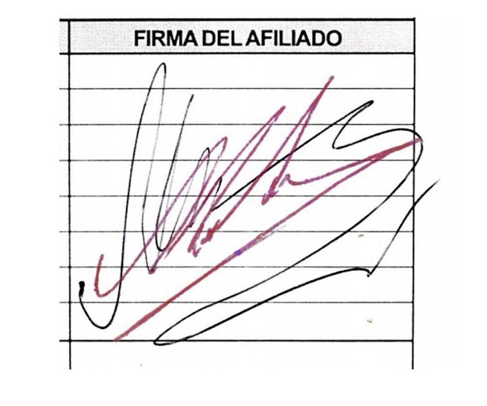 """Para los peritos, la firma de la planilla médica es """"una imitación a mano alzada"""" del autógrafo de Diego, uno de los más famosos de la historia."""
