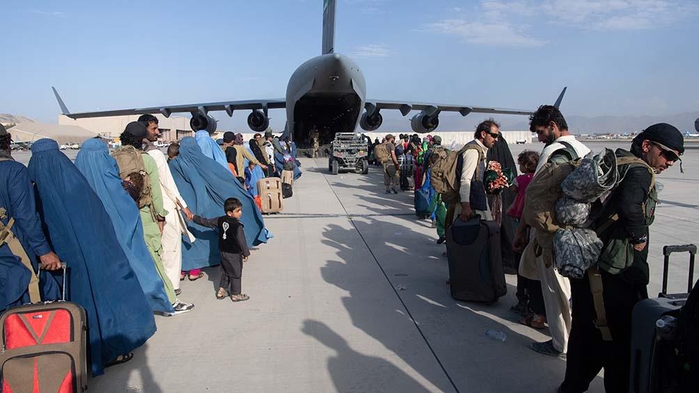 El equipo de trabajo técnico logró reabrir parcialmente el aeródromo. Foto: AFP