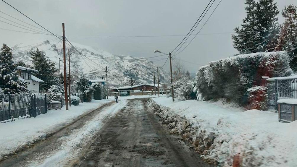 La nevada  generó el cierre parcial de algunas rutas, calles y cortes de suministros.