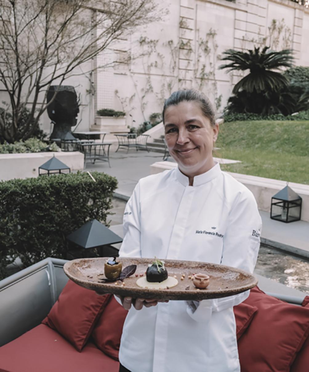 Con el plato que presentó en la Édition Cuisine: Tamal de gallo confitado y maíz morado, con fondo de kalapurca, milpa y flores. (Foto: Feedback PR)