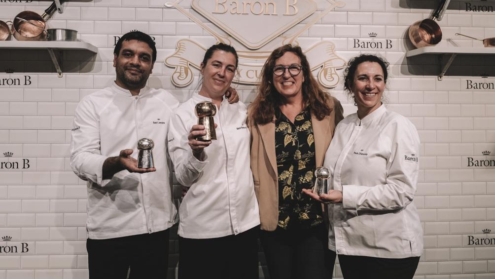 Saúl, Paula y Florencia, los finalistas del 2021, con la ganadora del primera edición, Patricia Courtois, en el 2018. (Foto: Feedback PR)