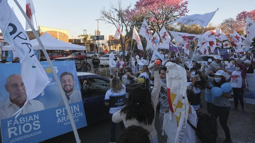 Una multittud acompañó a los candidatos del Frente Corrientes de Todos (Foto: Germán Pomar).