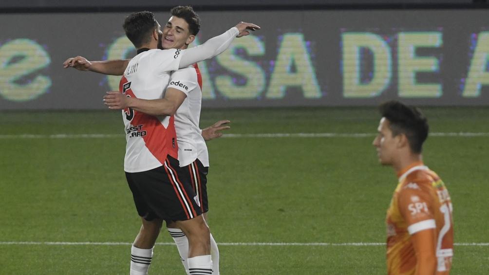 Álvarez se abraza con Zuculini luego de marcar su gol.