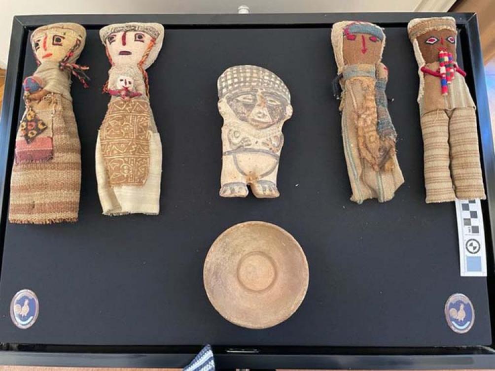 Se ofrecían a la venta quince bienes culturales que pertenecían al estilo prehispánico de la civilización Chancay.