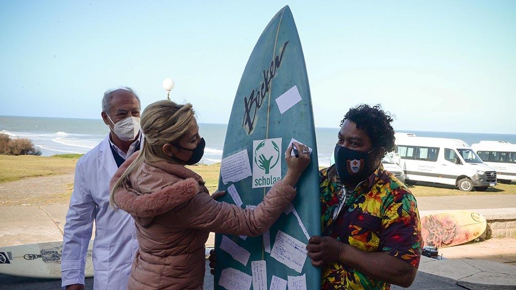 Los jóvenes invitaron a las autoridades a firmar la tabla de surf que será enviada a Roma.