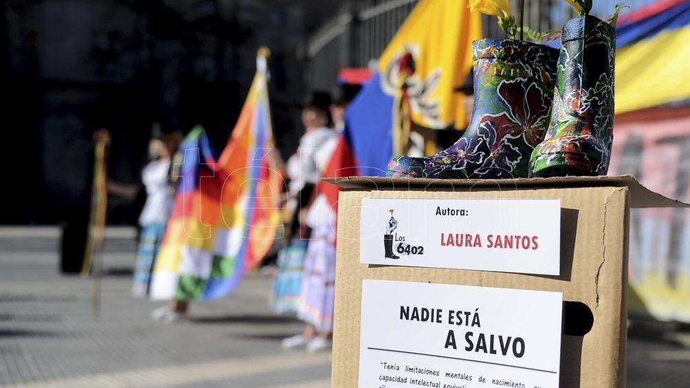 Botas de caucho intervenidas por artistas y miembros de la comunidad colombiana se utilizaron simbolicamente